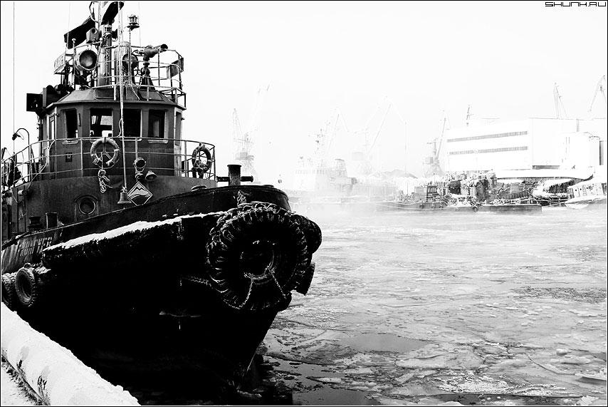 В порту - кораблик порт зима Мурманск фото фотосайт