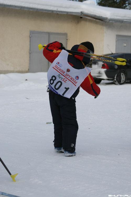Лыжня дружбы 2006 - мальчик с лыжами фото фотосайт