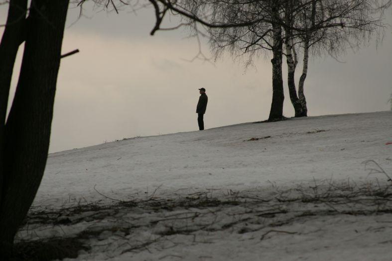 Встречая весну - человек на пригорке фото фотосайт