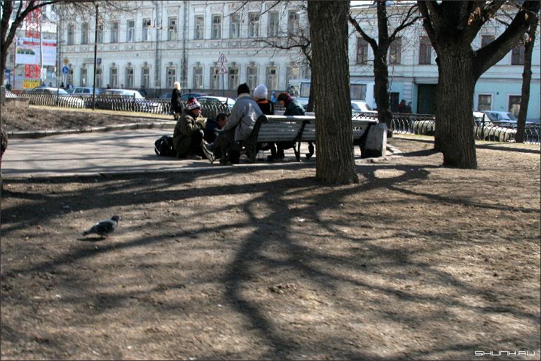 Тени в парке - бомжи тени парк весна фото фотосайт