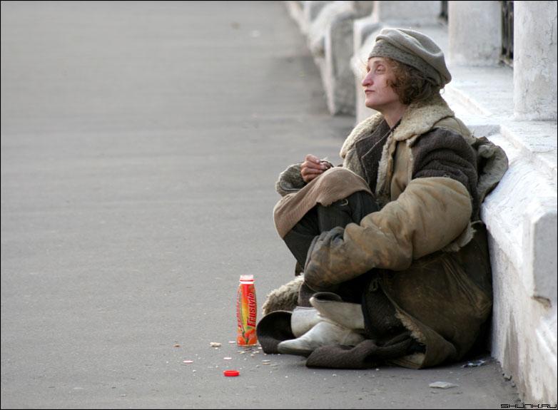 Человек из прошлого - бомж напиток улица стена храм женщина фото фотосайт