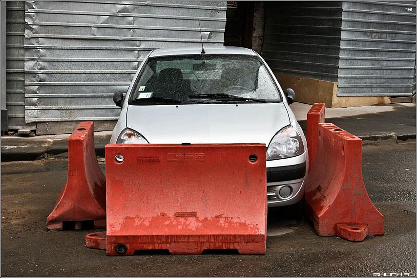 Противоугонная система - машина заграждение ремонт дороги фото фотосайт