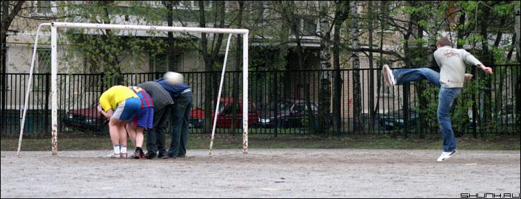 Удар по воротам или 4 вратаря - фотбол мяч ворота дворовая комманда фото фотосайт