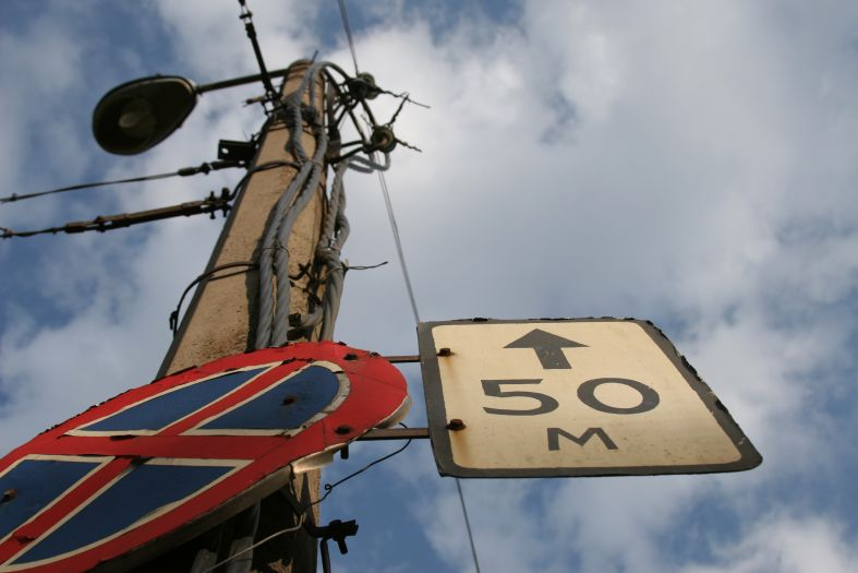50 метров - фонарь знак провода небо фото фотосайт