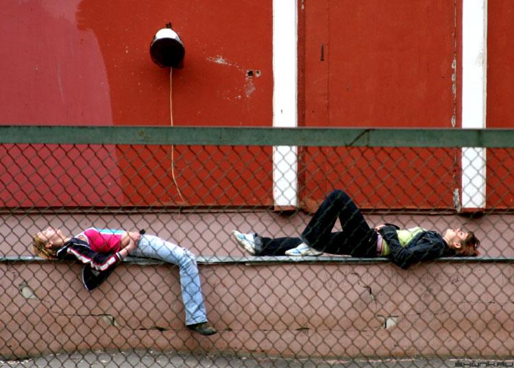 Весенний загар - школьницы у школы фото фотосайт