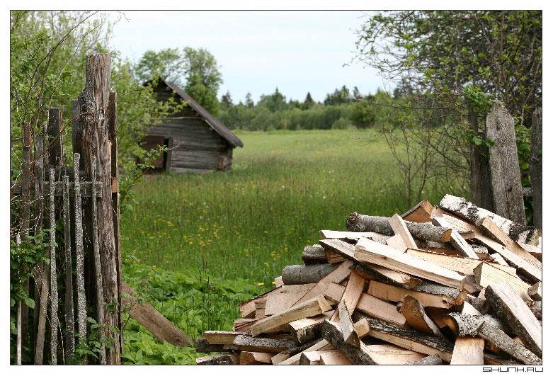 Как хочется там оказаться - поле дом забор дрова деревня фото фотосайт