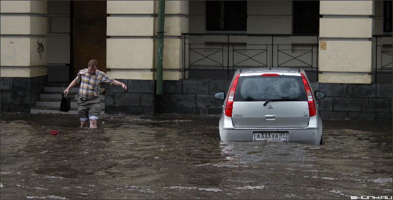 Ливень в Москве 26 июня 2006 г. - машина мужик вода лужа авто фото фотосайт