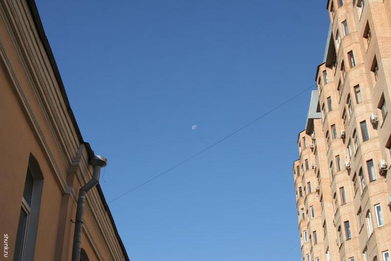 Геометрия неба - два дома и луна фото фотосайт