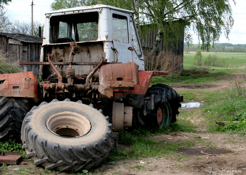 Трактор не пашет - разруха фото фотосайт