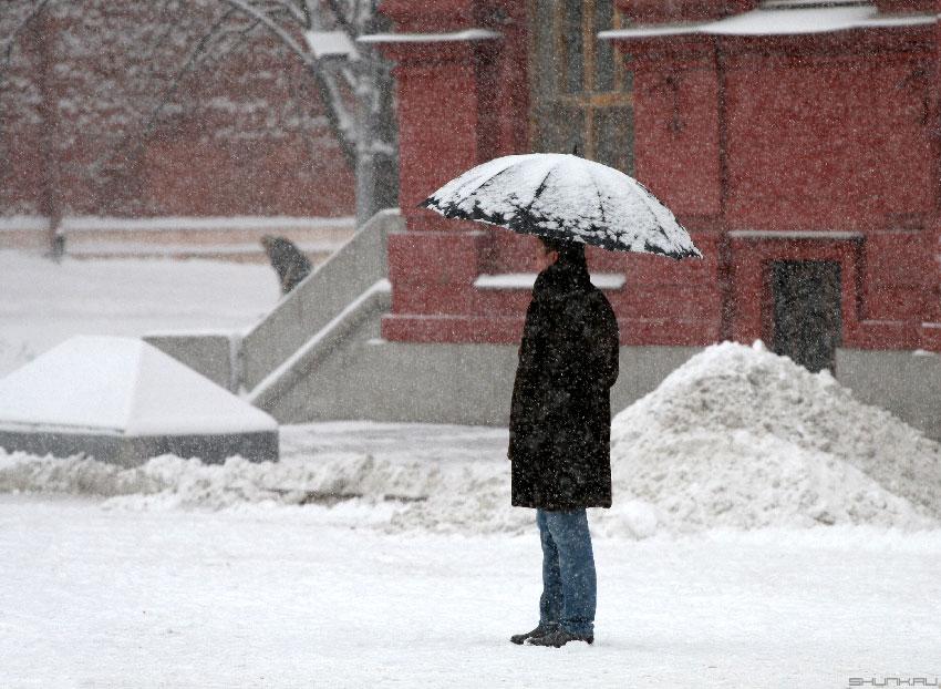 Долгожданный снег... - снег зонт красная площадь фото фотосайт