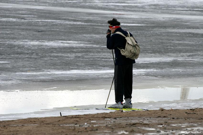 Весна - вот досада. - река лед лыжи мужик фото фотосайт
