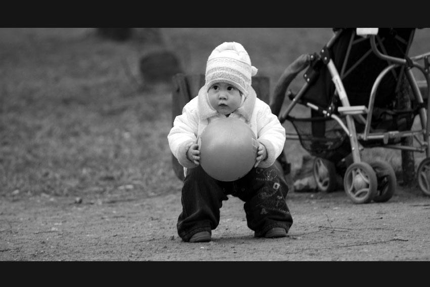 ...немного о футболе - малыш мяч футбол чб черно-белое дети фото фотосайт