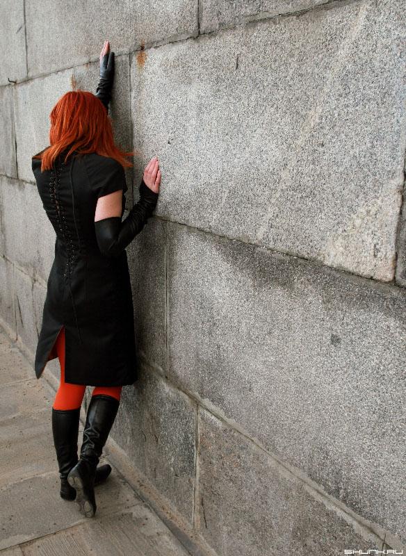 У стены, плача... - девушка платье стена колготки рука черное фото фотосайт
