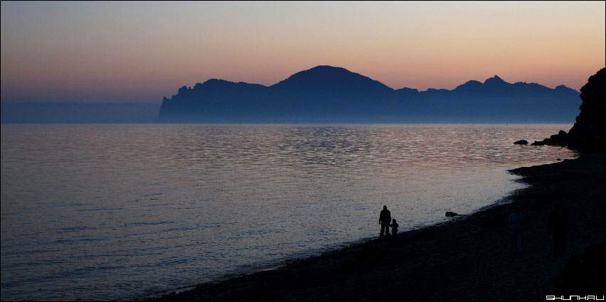 Прогулка по берегу - Крым берег море фото фотосайт