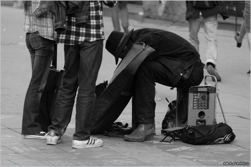 В поисках Музы - музыкант слушатели гитара улица фото фотосайт