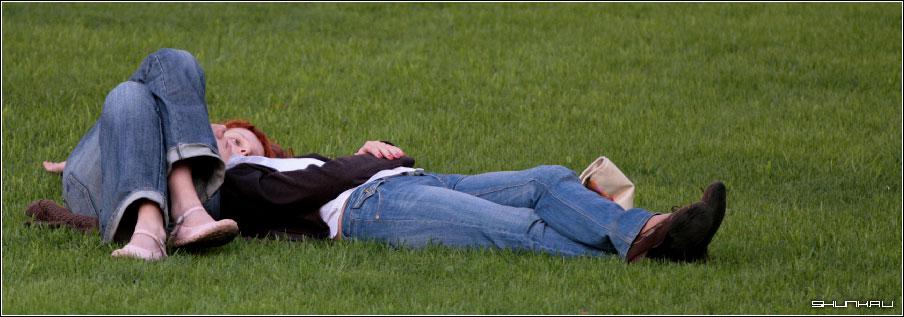 На лужайке - пара он она на траве фото фотосайт