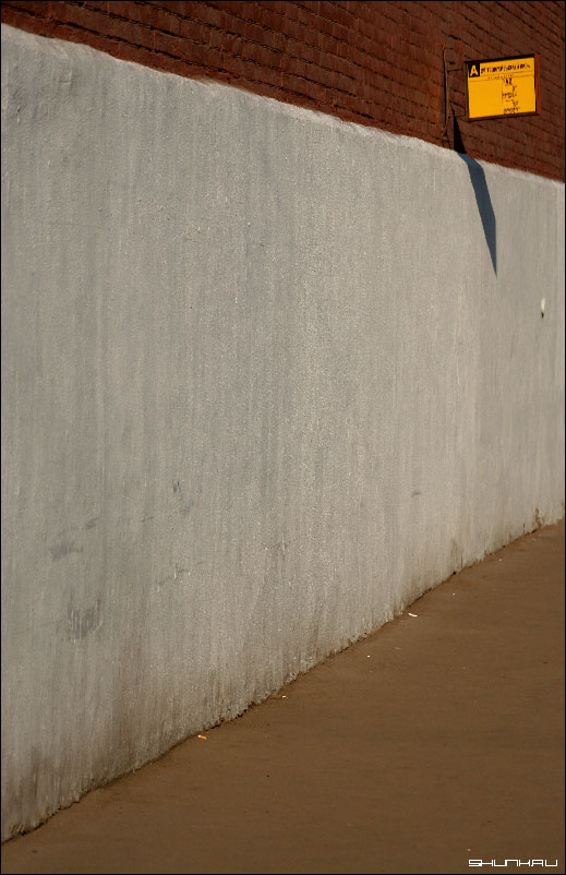 Остановка - стена кирпичи лапин табличка автобус фото фотосайт