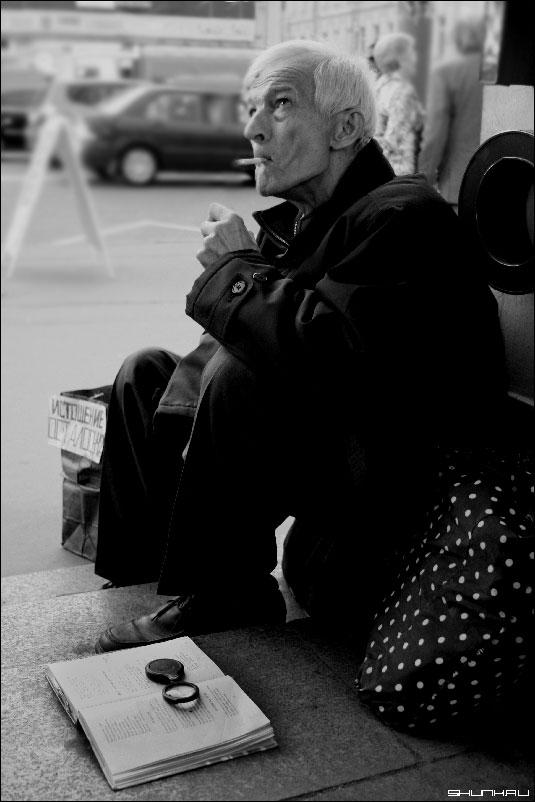 Затяжка - старик у метро фото фотосайт
