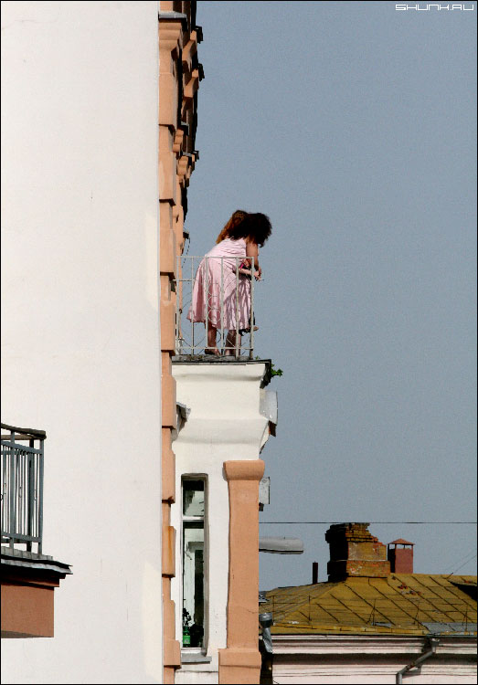 Немного о высоком - женщины на балконе в старом доме фото фотосайт
