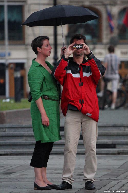 Они занимались фотоделом... - он она под зонтом с фотоаппаратом фото фотосайт