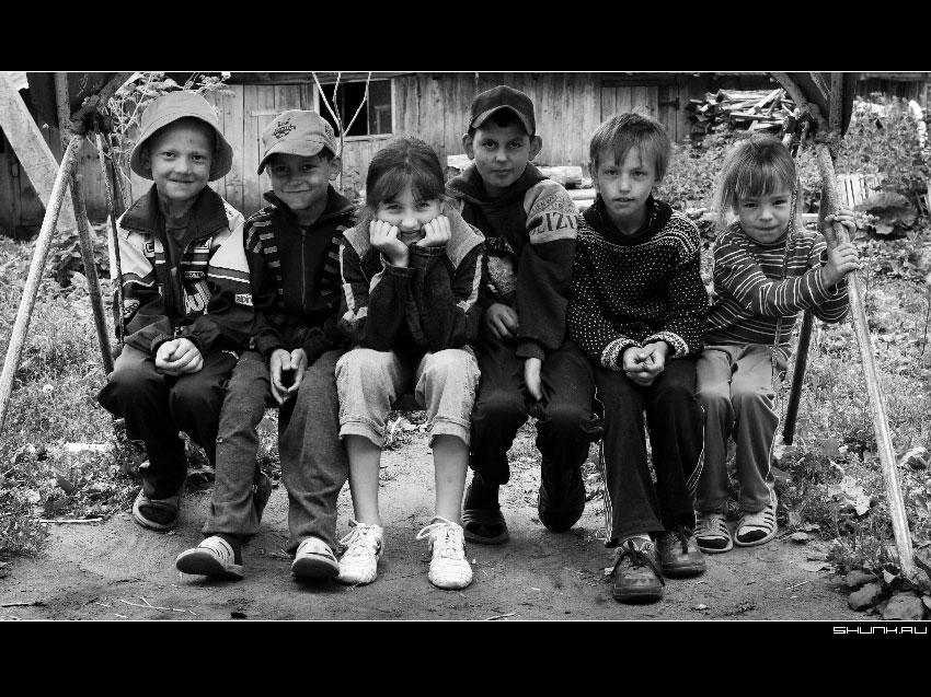 Дети - дети лавочка черно-белое фото фото фотосайт