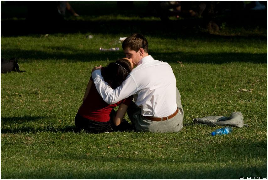 Это точно про любовь - парочка на траве фото любовь поцелуй пара он и она фото фотосайт