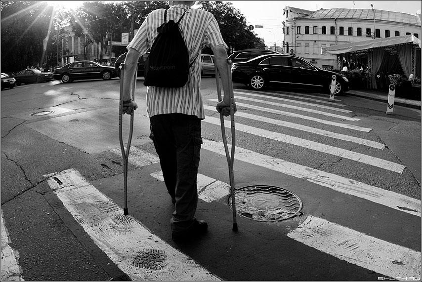 Про все стороны этой жизни - переход солнечный свет человек на костылях колодец чернобелое фото ЧБ фото фотосайт