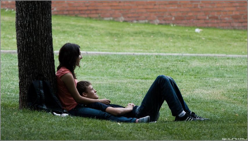 Парочка #18 - парочка александровский сад трава кремлевская стена фото фотосайт
