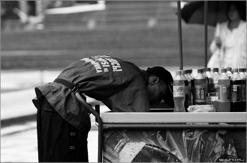 Про тонкую талию - продавец мороженного улица пушкинская прощадь черно белое фото чб фото фотосайт