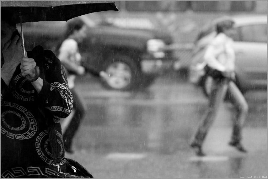 Про дождь, лужи и разговор - дождь город лужи чернобелое фото чб фото фотосайт
