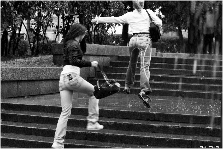 Летний дождь - девушки под дождем фотография чернобелая фото фотосайт