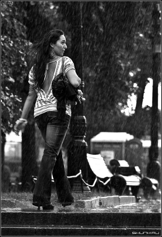 ...чтоб посмотреть не оглянулся ли я. - дождь улица капли дождя черно-белое фото фото фотосайт