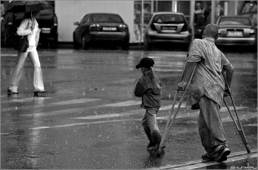 Из рассказов одного пешеходного перехода - дождь город лужи чернобелое фото чб фото фотосайт