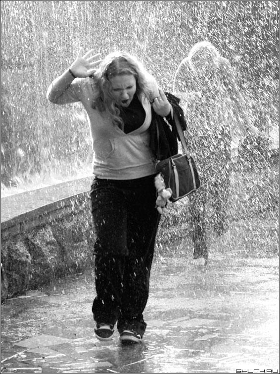 Купание в фонтане - фонтан девушка брызги черно-белое фото фото фотосайт