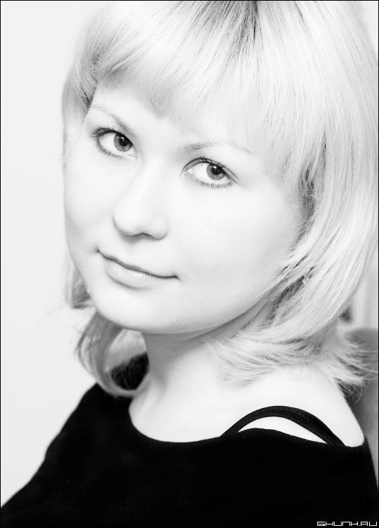 Валерия - портрет черно-белое фото блондинка волосы глаза фото фотосайт