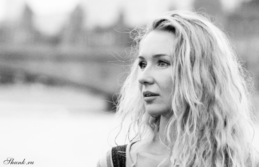 Юлия - портрет чернобелое фото набережная москва реки фото фотосайт