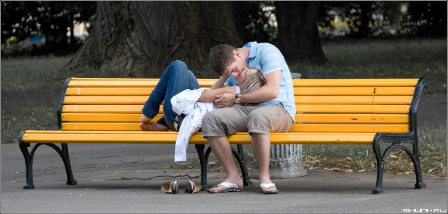 И снова про поцелуй - поцелуй парочка на лавочке пара он и она любовь фото фотосайт