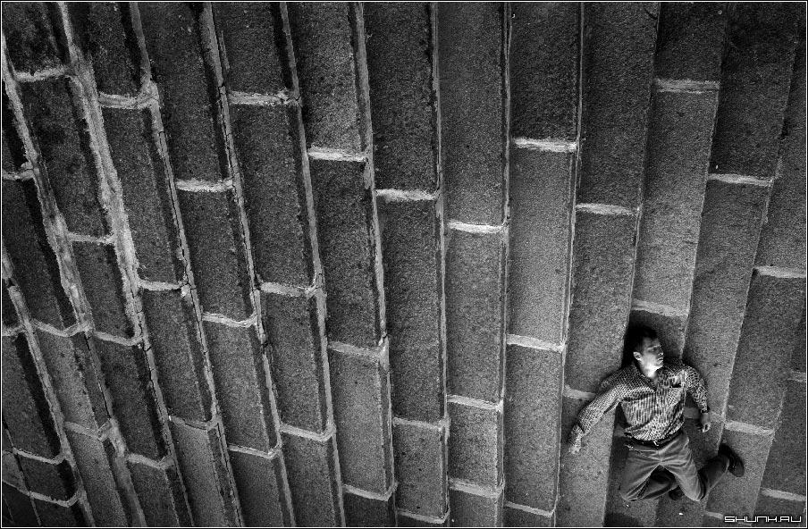 В восходящих лучах ступеней - мужик ступеньки набережная реки москвы фото фотосайт