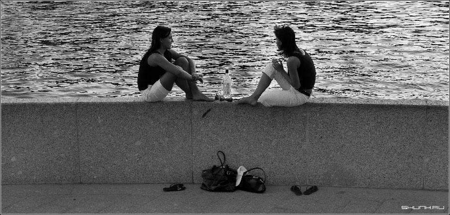 Подслушанный разговор двух подружек - девушки бутылка мартини набережная шлепки сумки чб чернобелое фото фотосайт