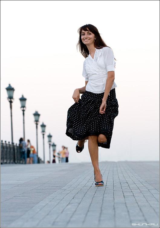 Пенелопа Круз в Москве - мост цветное фото девушка юбка фото фотосайт