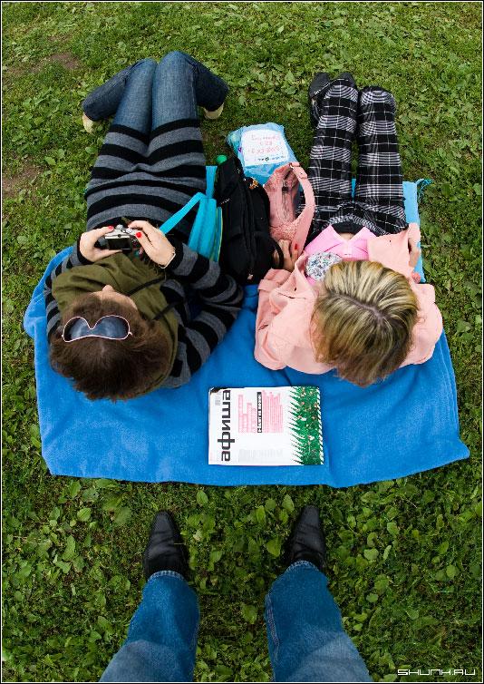 Под ногами фотографа - fisheye ноги трава девушки могу дать асю =) фото фотосайт