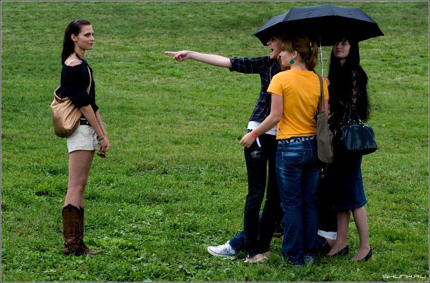 Лучшая подруга - девушки под зонтом и одна сбоку фото фотосайт