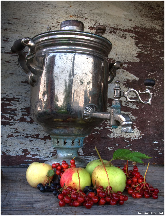 У самовара я и куча яблок - самовар натюр яблоки калина фото фотосайт