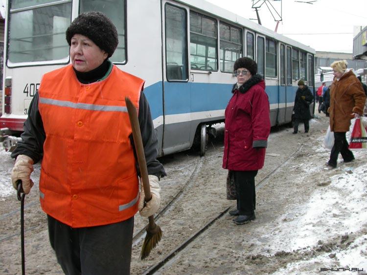 Специалист по трамвайным путям - бабушка трамвай рельсы оранжевый люди фото фотосайт