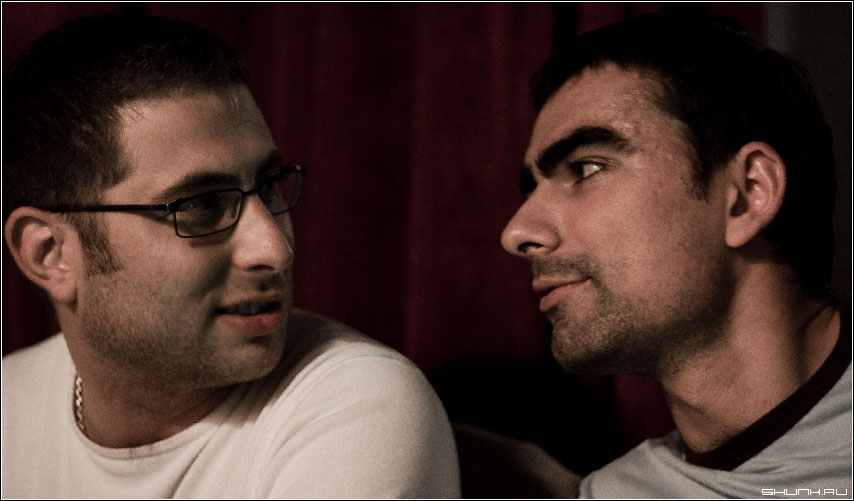 Мужской разговор - кафе тусклый свет портрет фото фотосайт