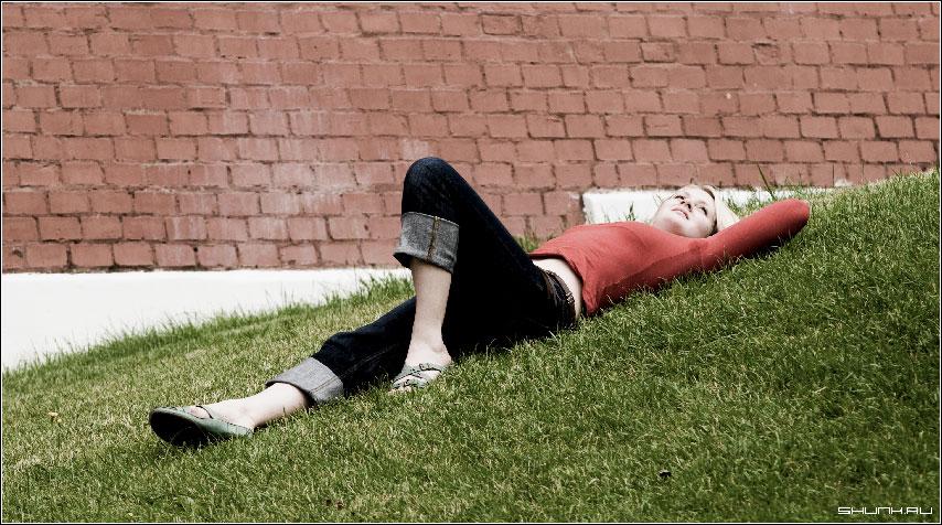 Минутная слабость - девушка трава кремлевская стена фото фотосайт
