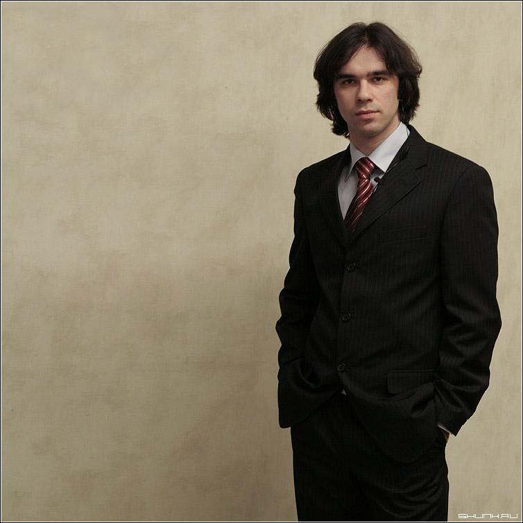 Ваш покорный - автор сайт я портрет костюм галстук волосы прическа руки карманы фото фотосайт