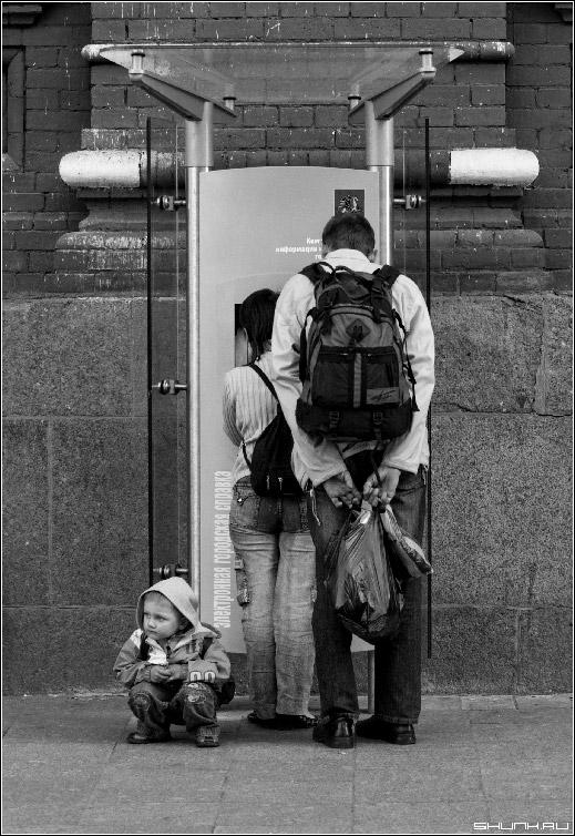 В поисках счастья - молодая семья город справочный стенд фото фотосайт