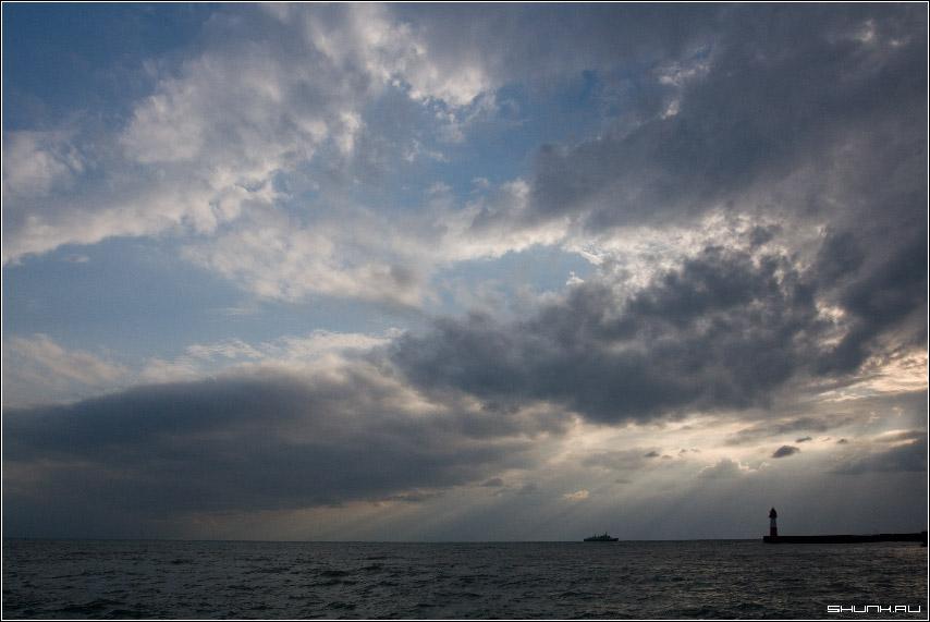 Небо над портом - сочи маяк корабль море небо облака лучи солнце фото фотосайт