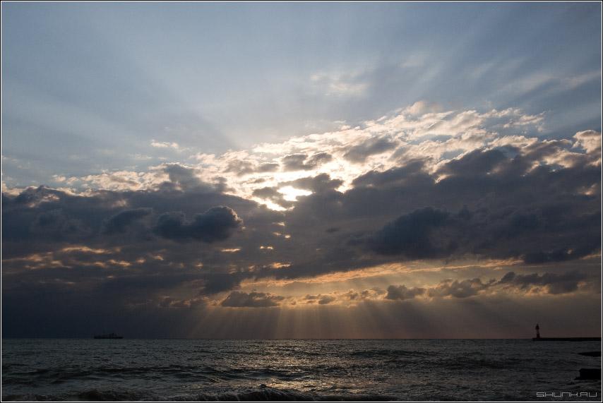 Через лучи света - сочи маяк корабль море небо облака лучи солнце фото фотосайт